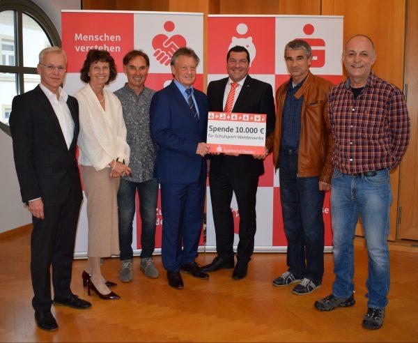 Sparkasse unterstützt den Schulsport mit 10.000 €