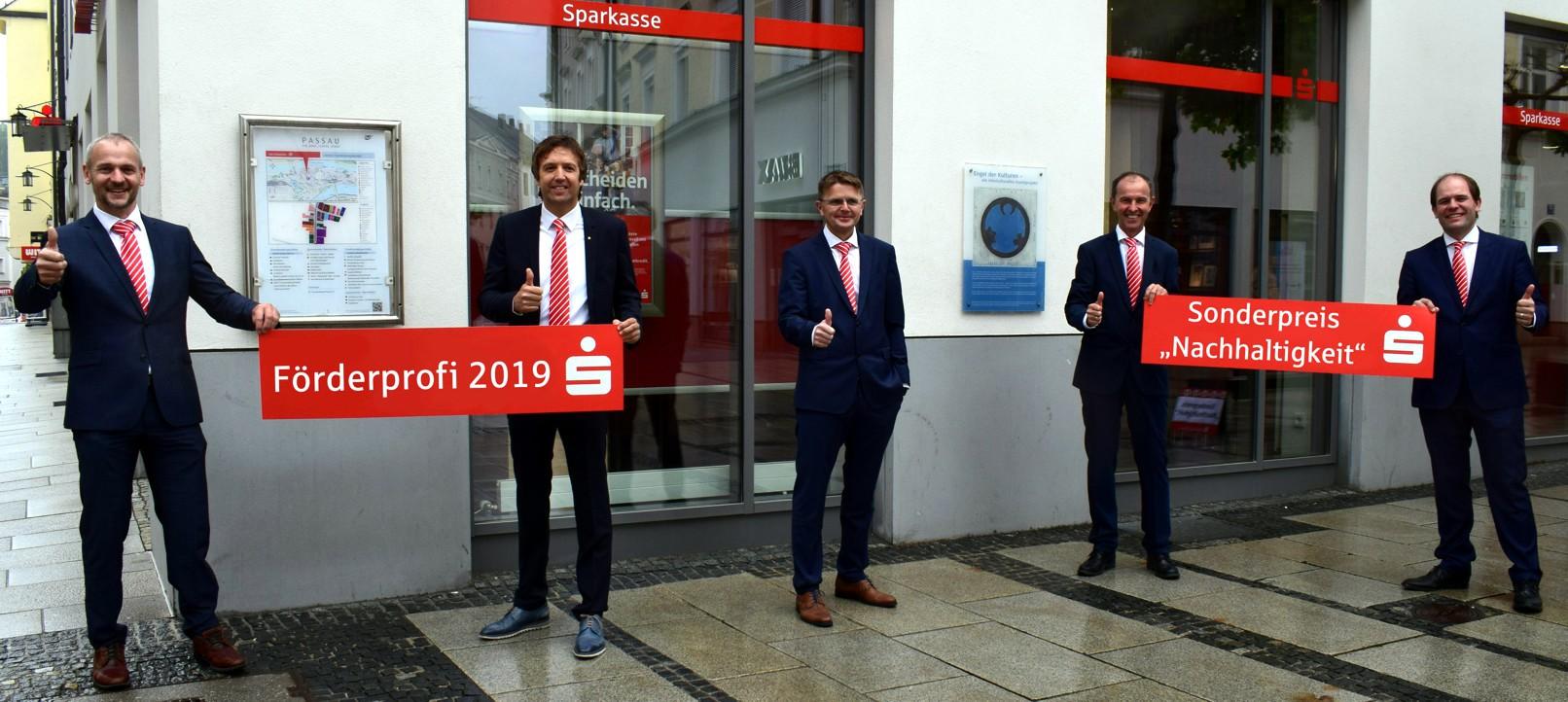 Das Sparkassen-Team freut sich über die Auszeichnung: