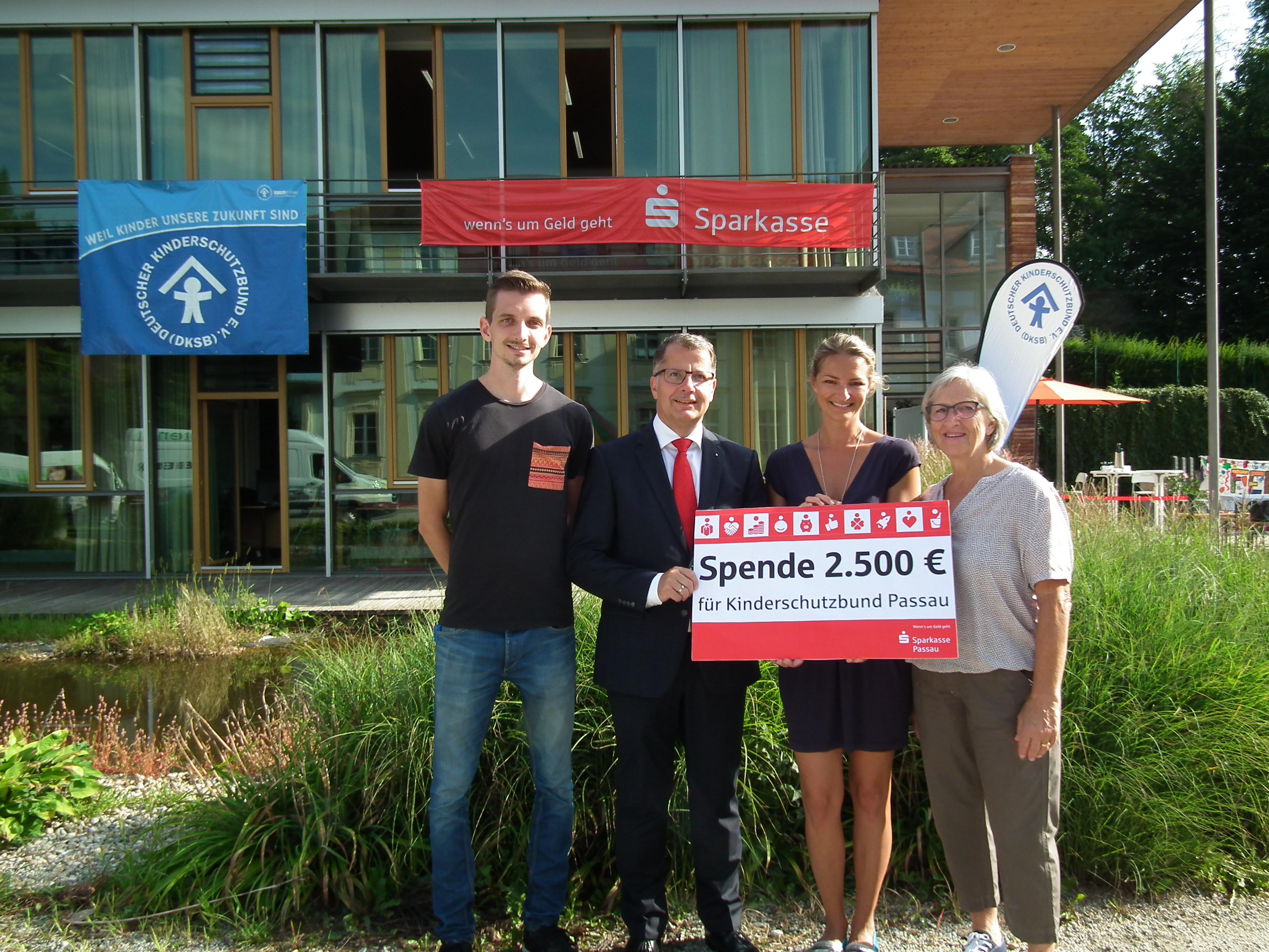 Sparkasse unterstützt den Kinderschutzbund mit 2.500 €