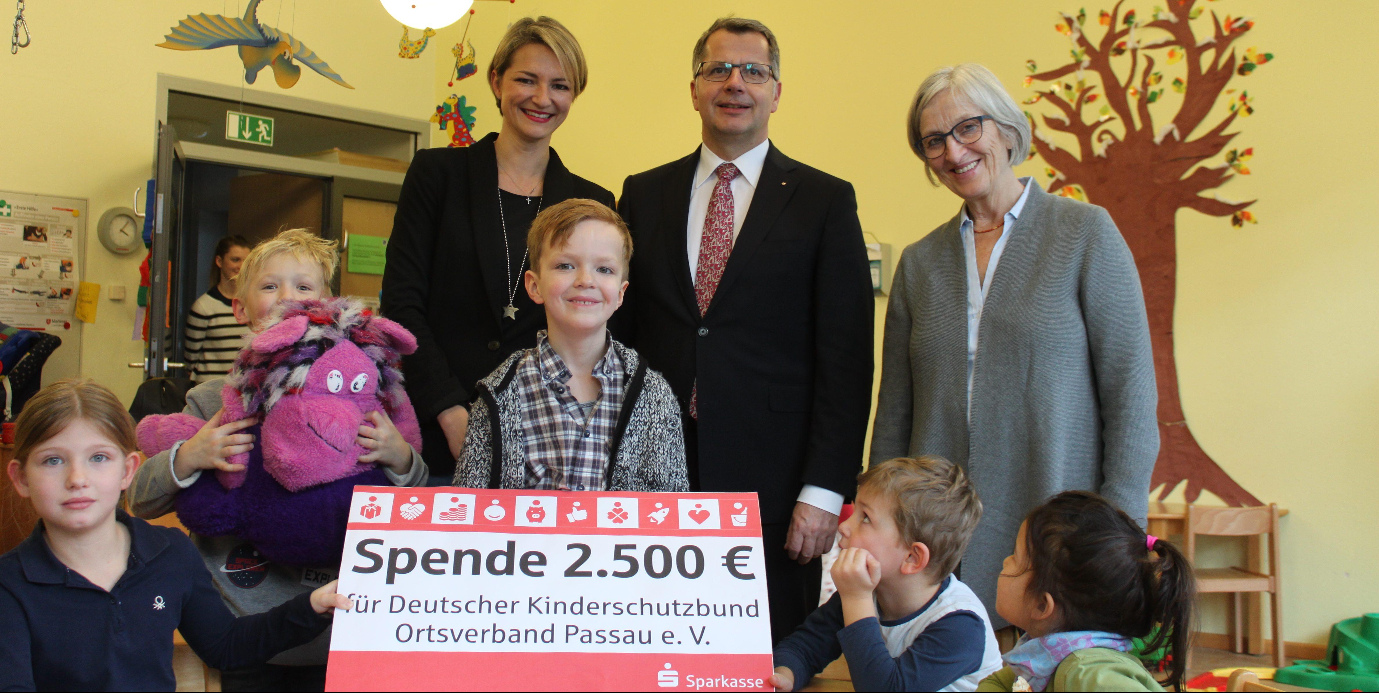 Sparkasse Passau spendet für den Kinderschutzbund