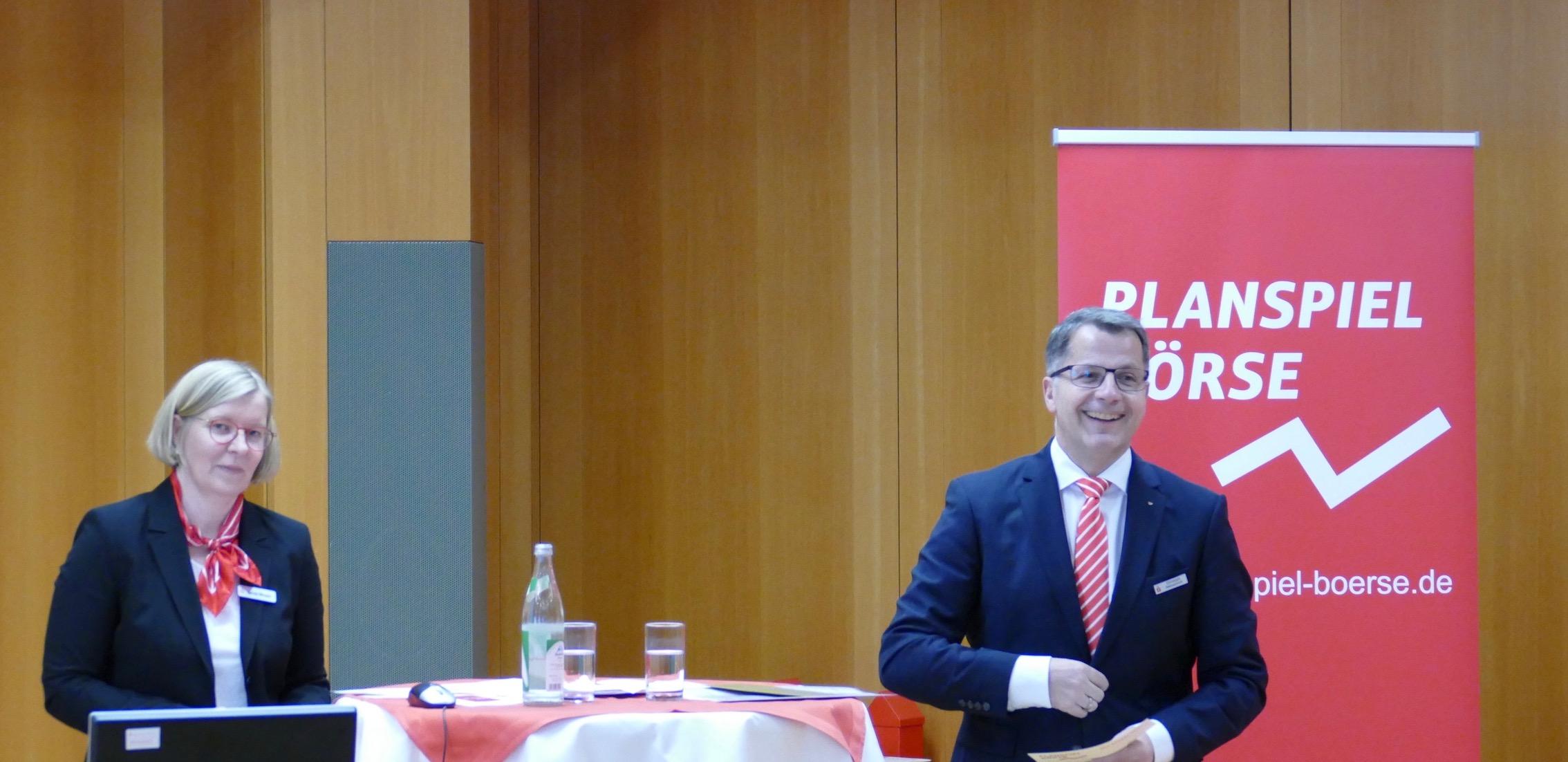 Vorstand Christoph Helmschrott bei der spannenden Verkündigung wer das Planspiel Börse 2017 gewonnen hat.